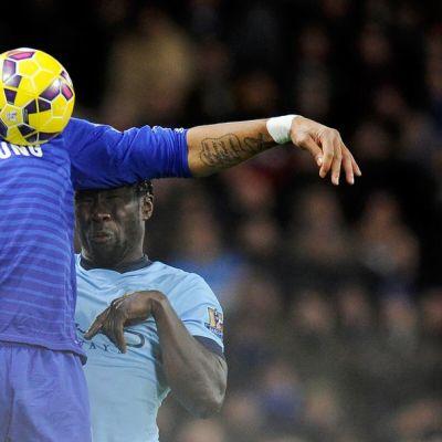Chelsean Didier Drogba ottaa pallon haltuun.