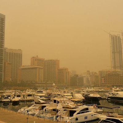 Beirutin venesatama peittyneenä hiekkamyrskyyn.
