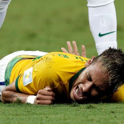 Brasilian Neymar tuskissaan kentän pinnassa.
