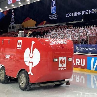 Jari Töyrylä ajaa punaisella jääkoneella jäähallissa Riiassa