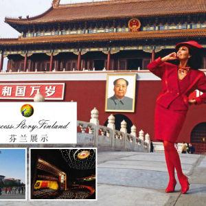 Lenita Airisto Kiinan kansankongressin palatsin edessä.