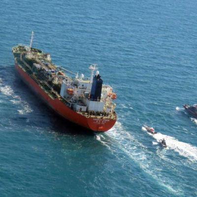 Bild på en tanker som eskorteras av mindre snabba båtar.