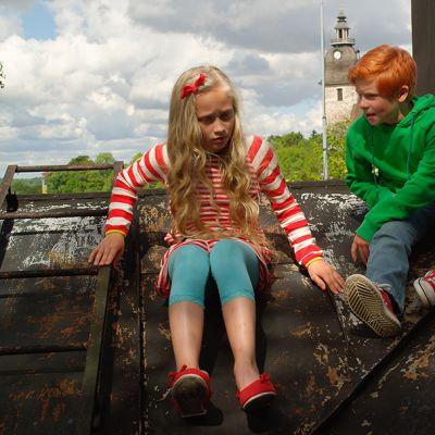 tyttö ja poika katolla