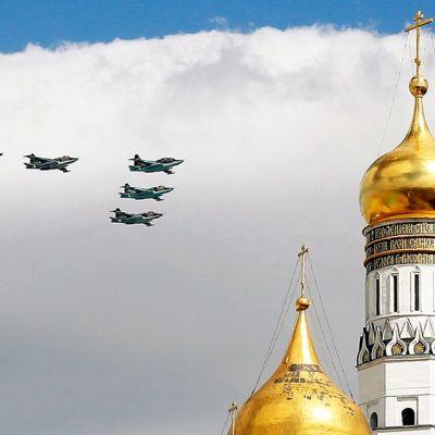 Su-25 rynnäkkökoneita lentonäytöksessä Moskovassa 5. toukokuuta 2015.