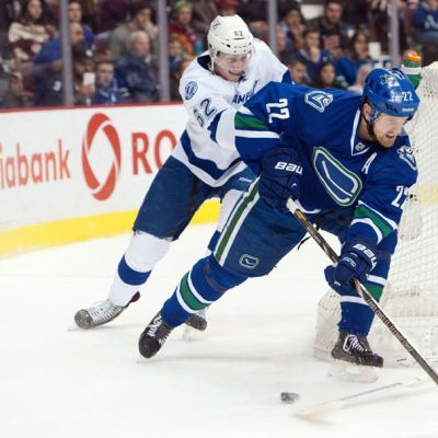 Vancouver Canucksin Daniel Sedin nousee Tampa Bay Lightningin maalille.