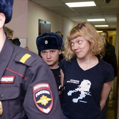 Greenpeace-aktivisti Sini Saarela saapuu oikeuteen Pietarissa, Venäjällä 19. marraskuuta.