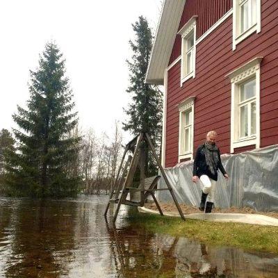 Tulvavesi nuoleskelee jo rakennusten nurkkia Pudasjärven Petäjäkankaalla.