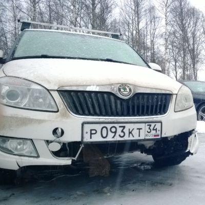 Sergei Mazepa Kuusamon Pörhön pihalla. Kolaroitu auto.