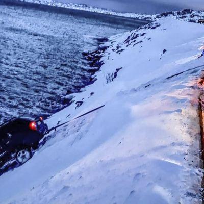 Tieltä suistunutta henkilöautoa vedetään jyrkästä rinteestä Pohjois-Norjassa 22.2.2019.