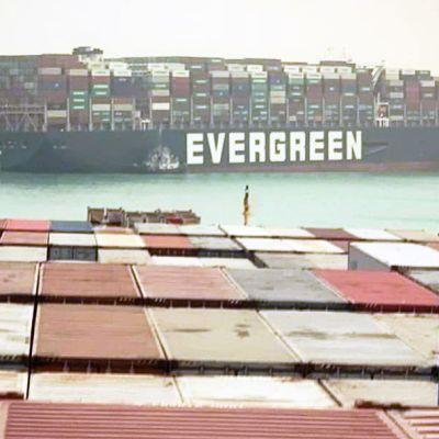 Suezilla irrotellaan edelleen konttilaivaa