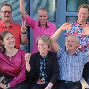 Avoin Sysmä -ryhmän valtuustoon päässeet jäsenet tuulettavat iloisina.