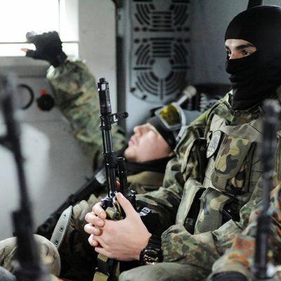 Azov-pataljoonan sotilaat lepäsivät miehistönkuljetusvaunussa Mariupolin lähellä Ukrainassa 6. helmikuuta.