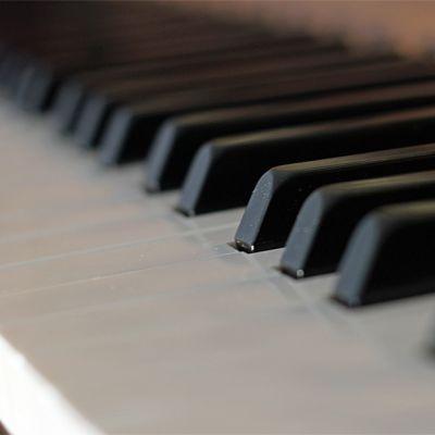 Kuvassa pianon koskettimistoa.