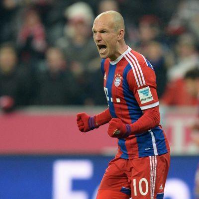 Arjen Robben tuulettaa maaliaan Schalkea vastaan.
