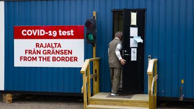 En person går in i till coronatestning vid gränsen.