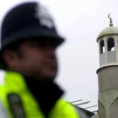 Poliisi moskeijan edessä.