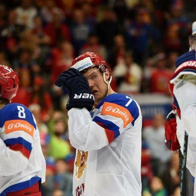 Venäjän pelaajat pettyneinä MM-finaalin jälkeen.