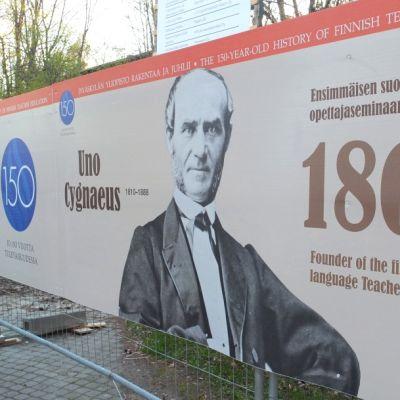 Jyväskylän yliopiston 150-vuotisjuhlavuosi näkyy myös Seminaarinmäen kampuksen remontin aidoissa.