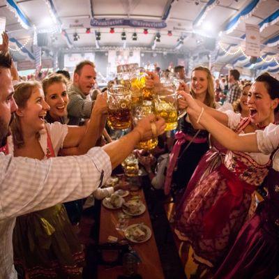 Juhlijat kilistelivät Oktoberfest-olutfestivaaleilla Frankfurtissa syyskuussa 2014.