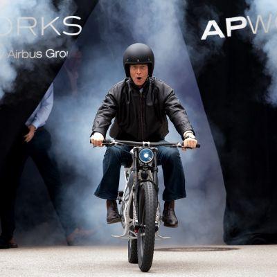 Kuvassa Airbusin toimitusjohtaja Tom Enders ajaa 3D-tulostetulla moottoripyörällä.