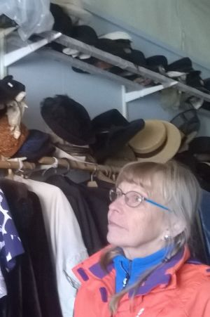 I Kaskö har det funnits många klädintresserade damer. Sonja Lapveteläinen tittar på hattar i hembygdsmuseets samling.