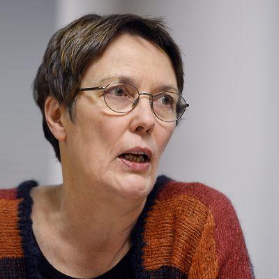Europarlamentaarikko Satu Hassi Europarlamentin pressikahveilla Helsingissä tammikuussa 2013.