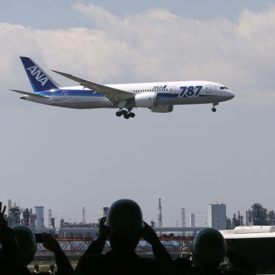 All Nippon Airwaysin (ANA) Boeing 787 Dreamliner laskeutui Tokion lentokentälle 28. huhtikuuta.
