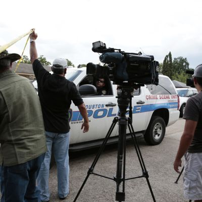 Tiedotusvälineiden edustajat tekivät tietä rikospaikalle saapuneelle poliisille 19. heinäkuuta.