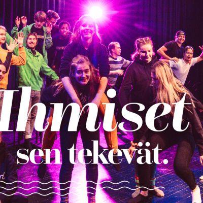 Mikkelin kaupungin mainoskuva, jossa on nuoria teatteriharrastajia.