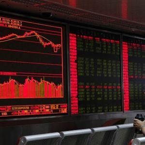 Kinesisk man följer med börskurs.