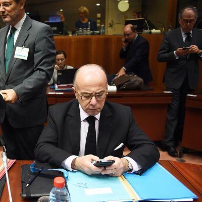 Ranskan sisäministeri Bernard Cazeneuve (oikealla), sekä maan oikeusministeri Christiane Taubira (kuvassa vasemmalla) valokuvattuna Brysselissä 20. marraskuuta.