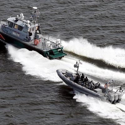 Rajavartiolaitoksen aluksia partiossa Helsingin edustalla tiistaina 28. huhtikuuta 2015