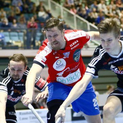 Viikinkien Kimmo Kinnunen, SPV:n Mika Kohonen ja Viikinkien Marko Juselius kamppailevat pallosta.