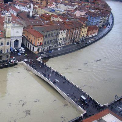 kaupunkia viistävä tulviva joki