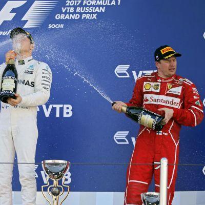 Valtteri Bottas suihkuttaa samppanjaa palkintokorokkeella.