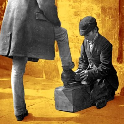 En bild på en skoputsare.