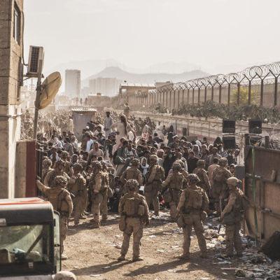 Yhdysvaltain sotilaat vartiovat Kabulin lentokenttää.