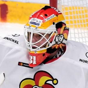 Antti Niemi räddar en puck med klubbhandsken.