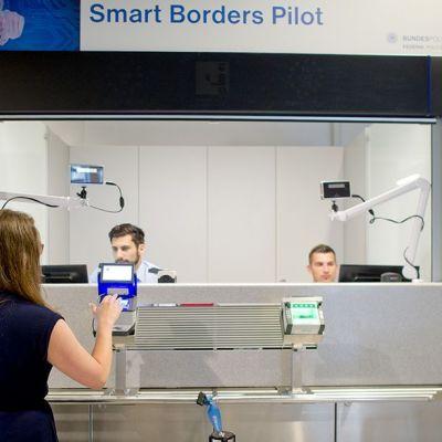 Sormenjälkiskanneri käytössä Frankfurtin lentokentällä Saksassa.