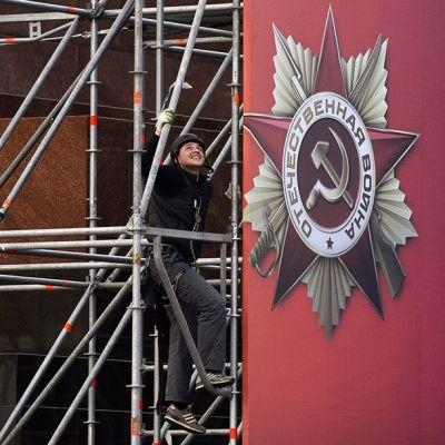 Voitonpäivän juhlallisuuksia varten asennetaan banneria Moskovan Punaisella torilla.