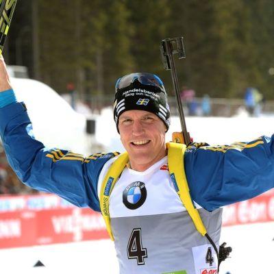 Ruotsin Björn Ferry tuulettaa sukset ja sauvat käsissään.