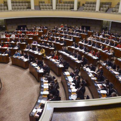 Eduskunta koolla käsittelemässä vuoden 2013 talousarviota eduskunnan täysistunnossa 20. joulukuuta 2012.