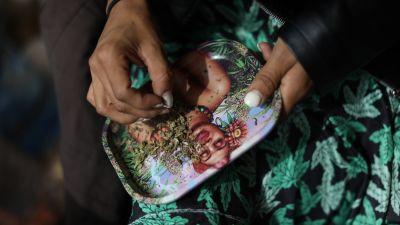En aktivist rullade en marijuanacigarett under en demonstration utanför Högsta domstolen i Mexico city.