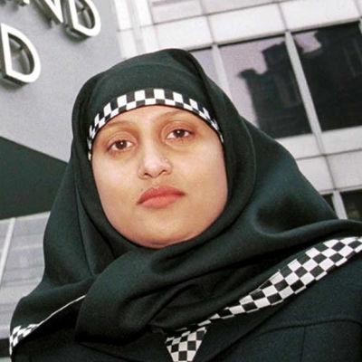 Två poliser med hijab utanför Scotland Yard.