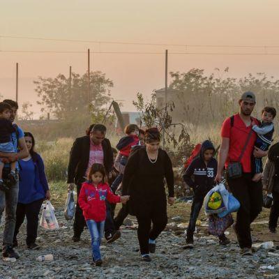 Ihmisiä vaeltamassa Makedonain läpi kohti pohjoista.