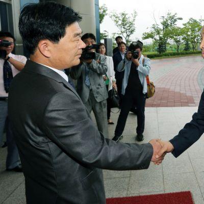 Pohjois-Korean edustaja Pak Chul-su (vas.) ja hänen etelä-korealainen kollegansa Kim Ki-Woong tapasivat Kaesongin teollisuusalueella Pohjois-Koreassa 15. heinäkuuta.