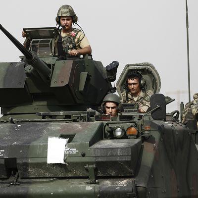 sotilaita panssarivaunussa