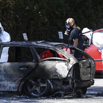 Poliisi tutkii palanutta autoa Malmössä Ruotsissa.
