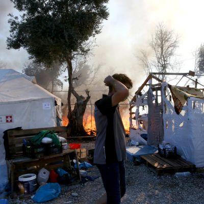 Mies katselee leirin tuhoja.