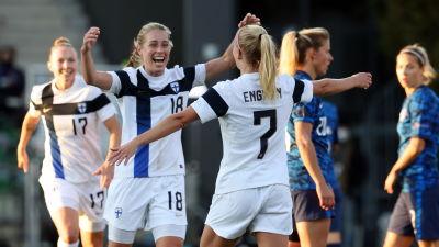 Linda Sällström och Adelina Engman firar mål i landslaget.